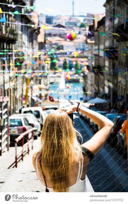 Porto IX Mensch Ferien & Urlaub & Reisen Jugendliche Stadt schön Sommer Junge Frau Haus 18-30 Jahre Erwachsene Straße Wege & Pfade feminin hell Fassade