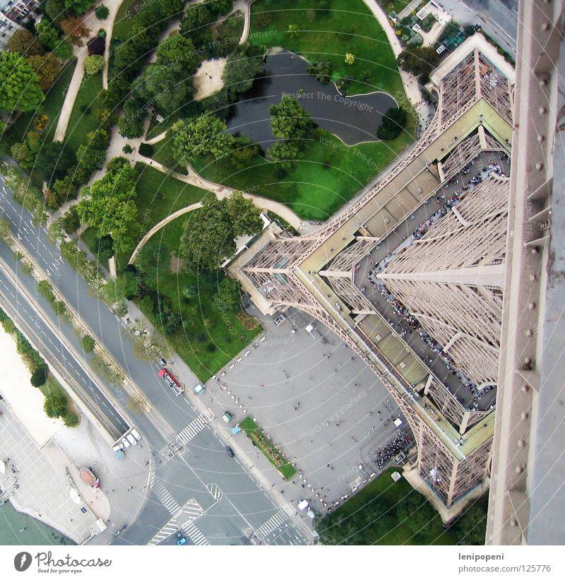 Auf kleinem Fuß Tour d'Eiffel Paris Frankreich Stahl Eisen Wahrzeichen Bekanntheit Vogelperspektive gefährlich tief Reaktionen u. Effekte unten Park Träger Wind
