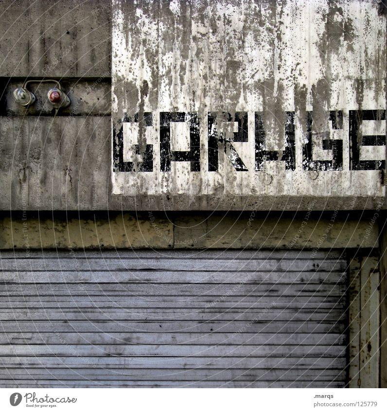GARAGE alt Einsamkeit Lampe Wand grau dreckig Schilder & Markierungen Verkehr Fassade Schriftzeichen Buchstaben Tor verfallen Hinweisschild Typographie Wort