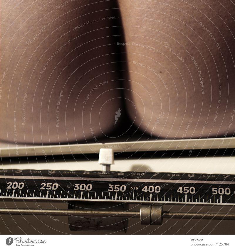 400 Gesundheit sitzen Haut außergewöhnlich Gesäß Übergewicht Gewicht Furche schwer Waage Skala wiegen Pfund Kilogramm Gramm