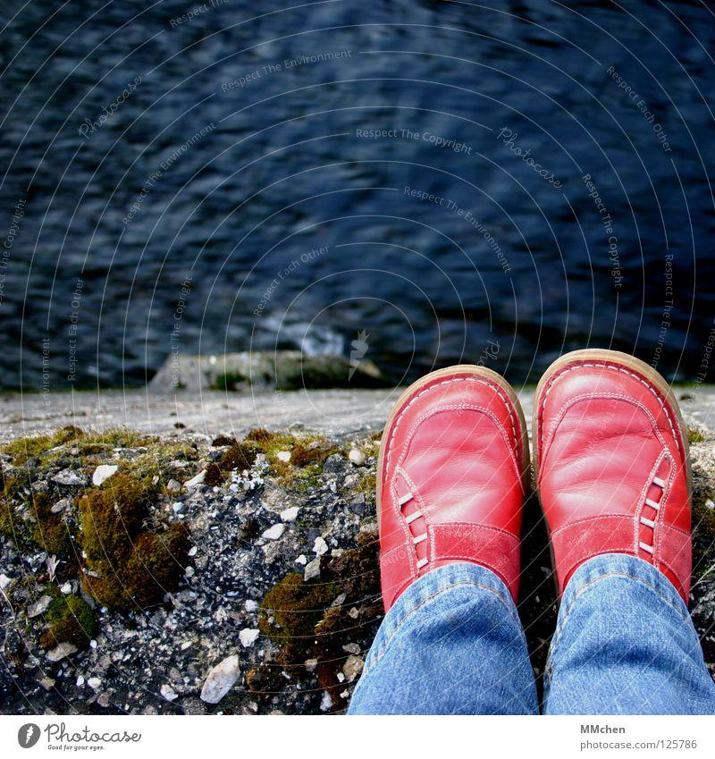 Traust Du Dich? Wasser rot Stein Traurigkeit Mauer Schuhe Felsen Trauer Brücke Jeanshose Fluss Ende Mut Bach Am Rand fließen