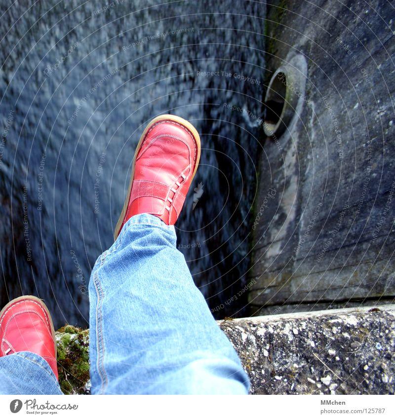 Spring´ doch! Wasser rot Stein Traurigkeit Mauer Schuhe Felsen Trauer Brücke Jeanshose Fluss Verzweiflung Am Rand Angsthase Überschreitung