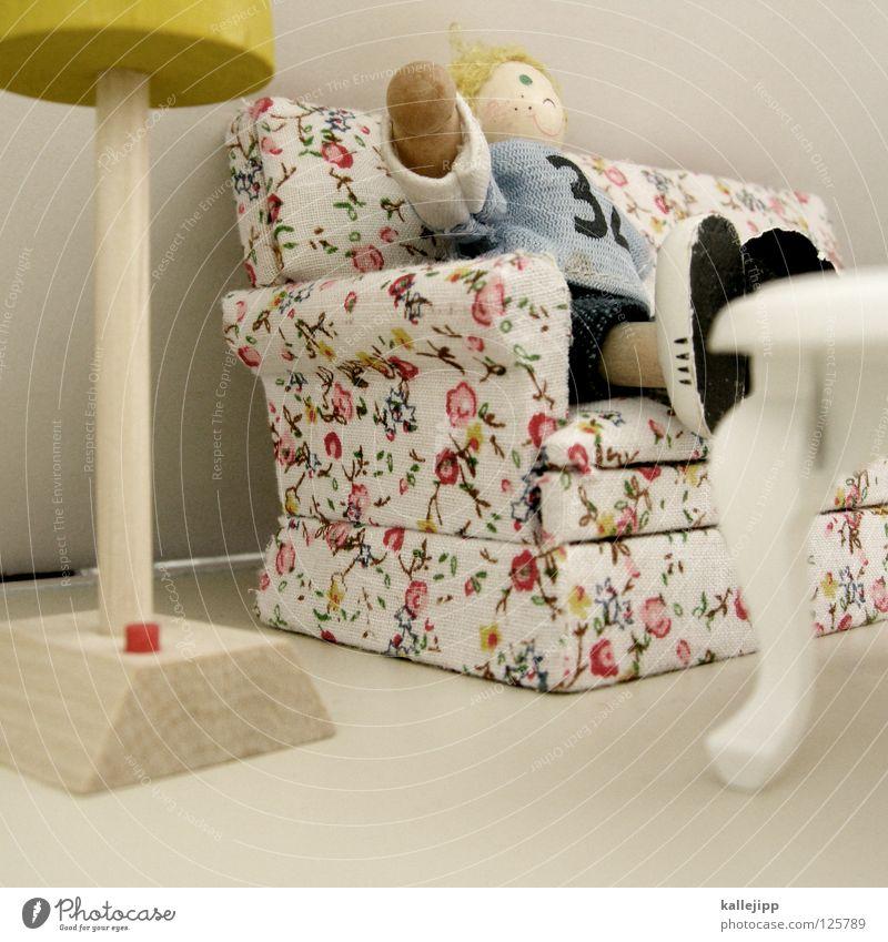 kalle allein zu hause Sessel Lampe Spielzeug Kind Mädchen Holz Miniatur klein Sofa blond Stehlampe Knöpfe Tisch Mieter Wohnzimmer faulenzen Feierabend Erholung