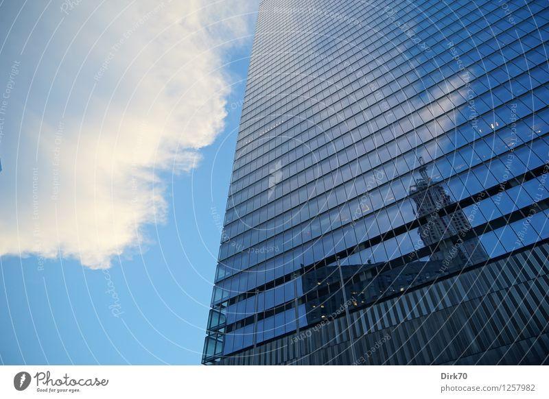 Spiegelungen Stadt blau weiß Wolken Fenster schwarz kalt Architektur Metall Fassade Business glänzend Wachstum modern Glas Hochhaus