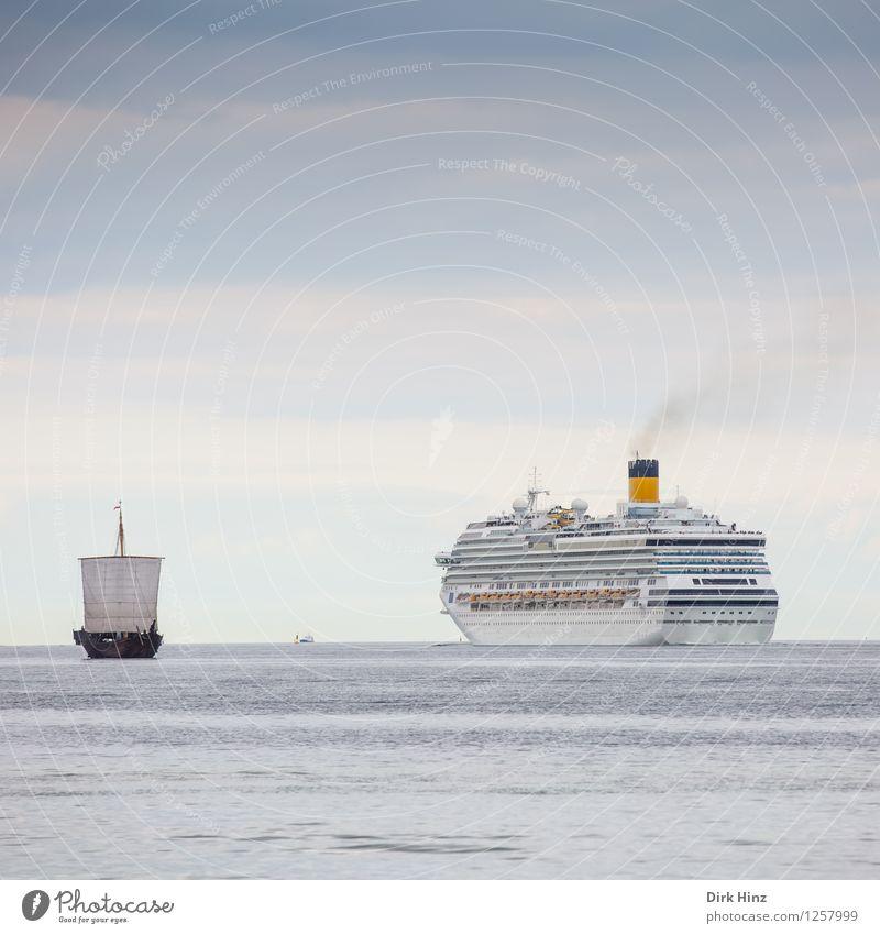 Kogge trifft Kreuzfahrtschiff Verkehr Verkehrswege Schifffahrt Passagierschiff Segelschiff Wasserfahrzeug An Bord historisch maritim modern blau grau Freiheit