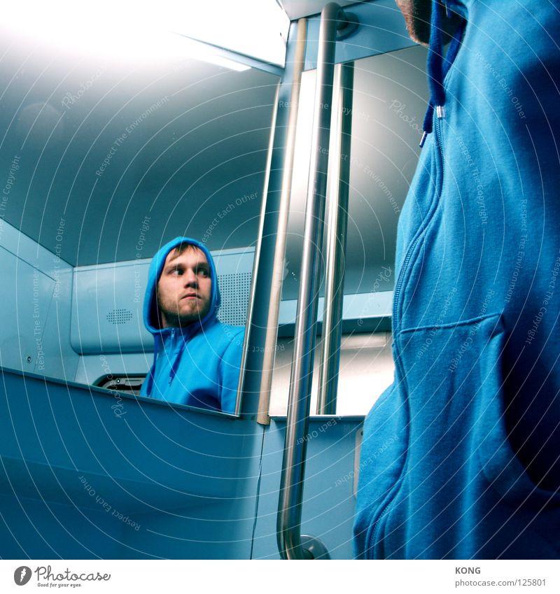 noid Mann blau Gesicht Angst mehrere gefährlich Spiegel Neonlicht Kapuze Panik Ärger himmelblau hell-blau verfolgen häufig Psychische Störung