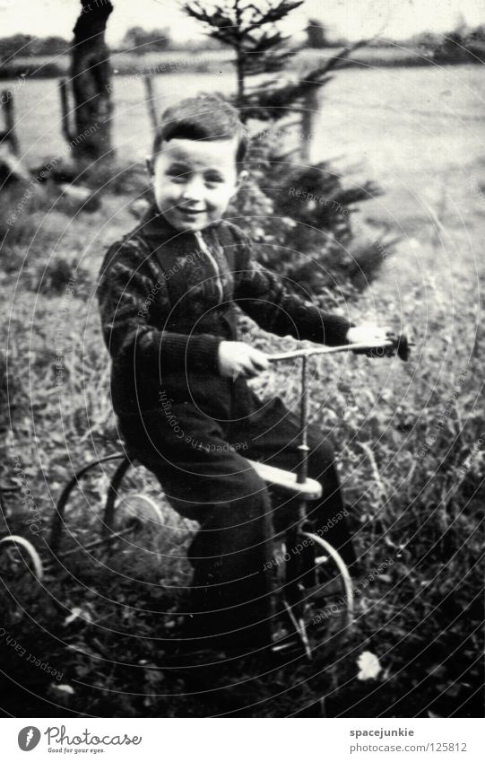 Zeitreise Kind kindlich früher Vergangenheit Erinnerung Ereignisse Fotografie antik Erbe Wiese Außenaufnahme Freude Junge Schwarzweißfoto Verwandschaft alt