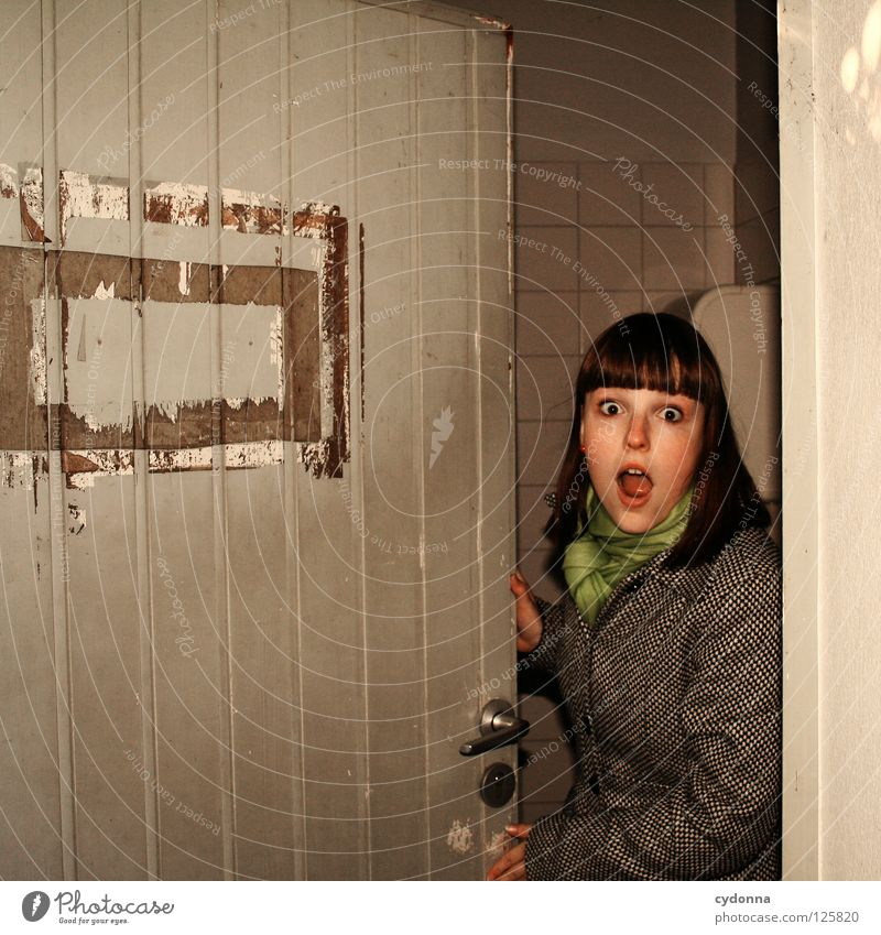 Vom Suchen und Finden ... Mensch Frau Ferien & Urlaub & Reisen Freude Architektur Bewegung Tür offen Mund Ausflug Aktion stehen Dorf Toilette entdecken