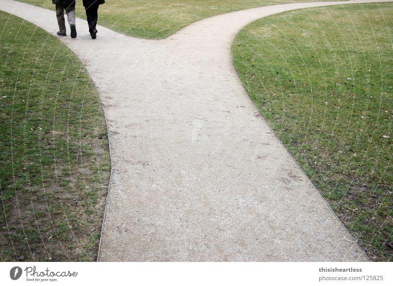 Üpsylon Mensch grün Liebe Wiese Garten Wege & Pfade Sand Luft Denken Park Paar Zusammensein gehen laufen paarweise Rasen