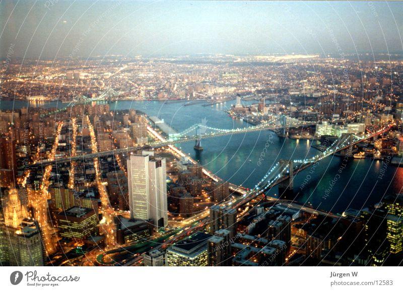 Dämmerung in New York Ferne Beleuchtung Brücke Fluss USA Aussicht New York City Manhattan Nordamerika