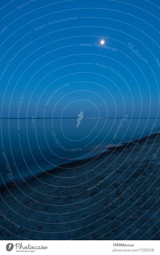 Mondlicht Natur Landschaft Erde Luft Wasser Himmel Nachthimmel Frühling Schönes Wetter Seeufer Strand Ostsee Sand beobachten Blick blau Stimmung schön ruhig