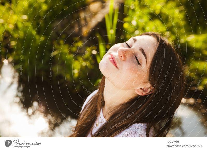 Genießen - solange noch Sommer ist Mensch Frau Natur Ferien & Urlaub & Reisen Jugendliche schön Junge Frau Erholung ruhig 18-30 Jahre Gesicht Erwachsene Umwelt