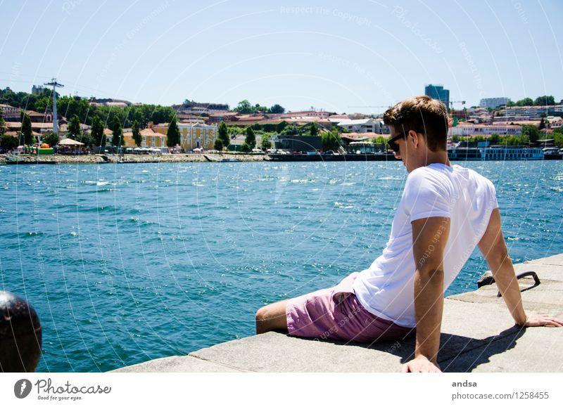 Porto III Mensch maskulin Junger Mann Jugendliche 1 18-30 Jahre Erwachsene Landschaft Wolkenloser Himmel Baum Fluss Portugal Stadt Haus T-Shirt Hose