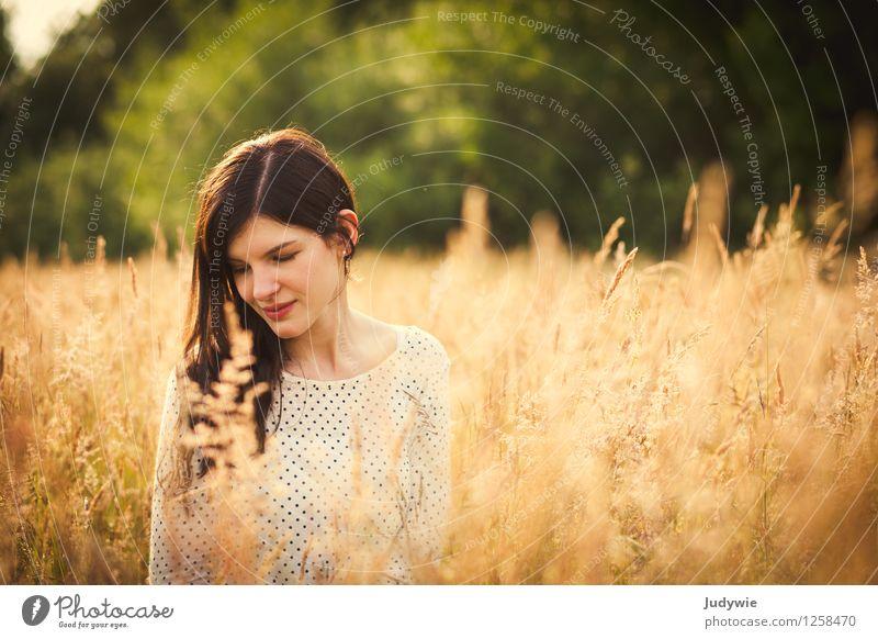 Gepunktet Mensch Frau Natur Jugendliche Pflanze schön Sommer Junge Frau Sonne Erholung Landschaft ruhig 18-30 Jahre Erwachsene Umwelt Herbst