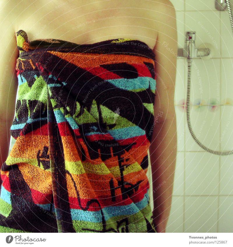To take a shower Frau rot feminin Haut nass Bad Fliesen u. Kacheln feucht Körperpflege Dusche (Installation) anonym trocknen Handtuch kopflos gesichtslos unkenntlich
