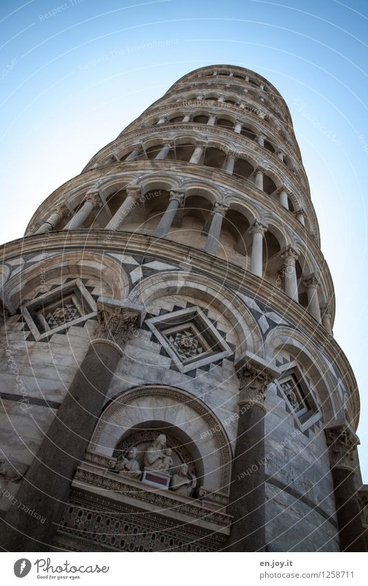 man ist der schief Ferien & Urlaub & Reisen alt blau Sommer außergewöhnlich Fassade Zufriedenheit Tourismus Ausflug Italien Turm Neigung historisch Bauwerk Fernweh Wolkenloser Himmel