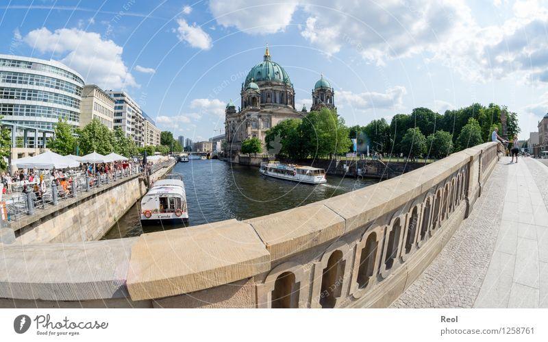 Berlin Deutschland Stadt Hauptstadt Stadtzentrum Altstadt Kirche Dom Sehenswürdigkeit Oberpfarrkirche zu Berlin blau Sightseeing Brücke Brückengeländer Spree