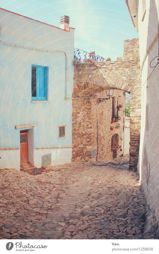 In einer kleinen Stadt Sommerurlaub Sardinien Dorf Menschenleer Haus Tor Mauer Wand Fassade Fenster Tür Straße Pflastersteine Wärme blau braun Farbfoto