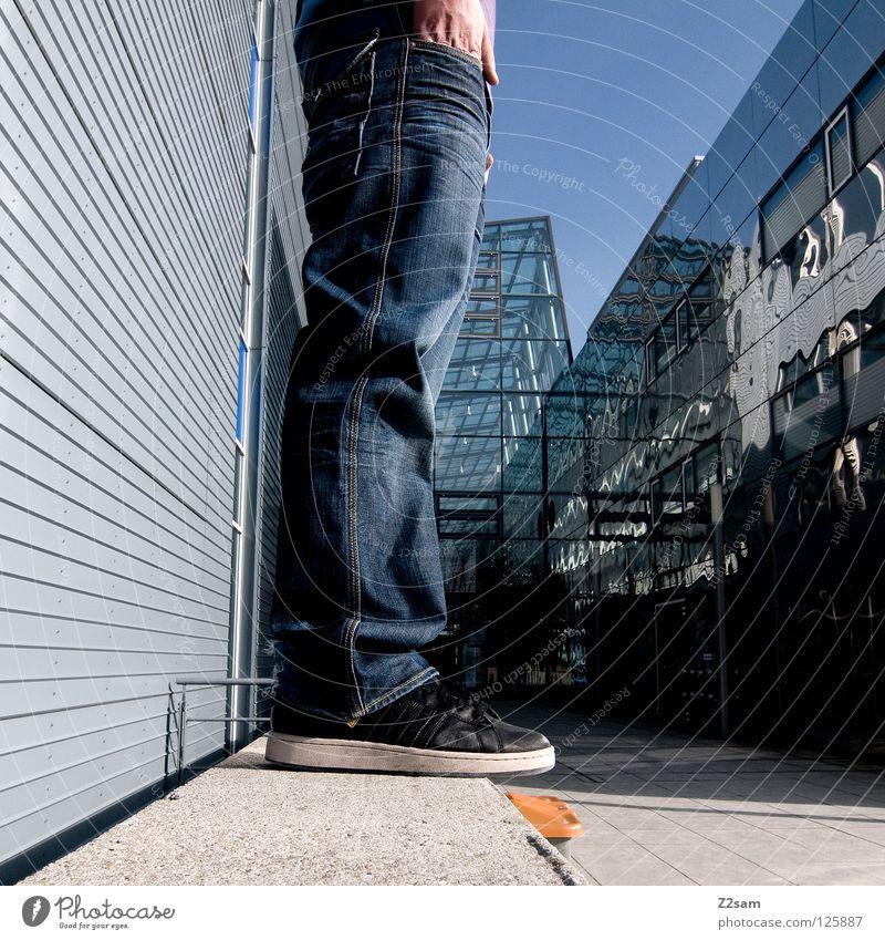 halbzeit stehen Chrom glänzend weiß Jeanshose Anpassung Wand Gebäude Mauer Mütze violett Beton vorwärts blond Mann maskulin Jugendliche Lampe Stil lässig ruhig
