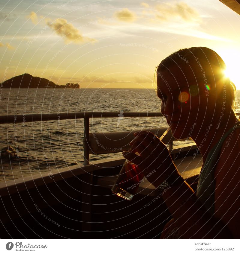 Cola-Werbung Frau Wasser Sonne Meer Freude Ferien & Urlaub & Reisen Wolken Erholung See Wasserfahrzeug Horizont Getränk trinken Freizeit & Hobby genießen
