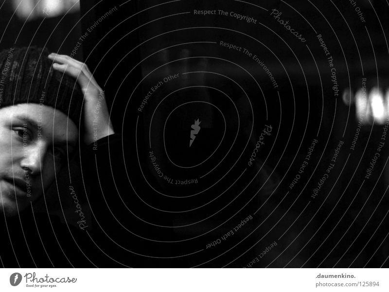 Sprechblase Mann Hand gestikulieren Gesichtsausdruck Nacht Licht Lampe Gedanke lesen ratlos Denken Schwarzweißfoto Schwäche Mensch Bursch Kopf Schatten