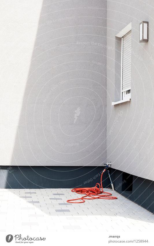 Schlauch Haus Mauer Wand Fassade Fenster Gartenschlauch Reinigen einfach grau orange Farbfoto Außenaufnahme Menschenleer Textfreiraum links Textfreiraum Mitte