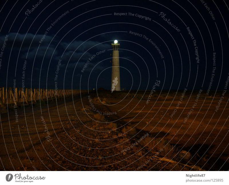 Einsame Spitze Leuchtfeuer Licht Steg Einsamkeit Nacht Lampe Erkenntnis hell Orientierung Hafen Schifffahrt Warnhinweis Warnschild leuchttum Küste Turm leer