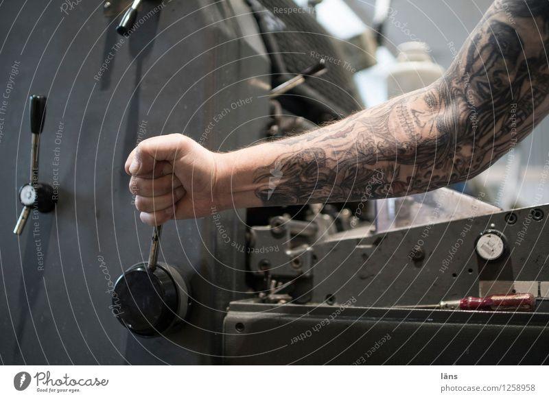 Druck Arbeit & Erwerbstätigkeit Arbeitsplatz Fabrik Druckerei Medienbranche Druckmaschine Mensch maskulin Mann Erwachsene Arme 1 gebrauchen Bewegung anstrengen