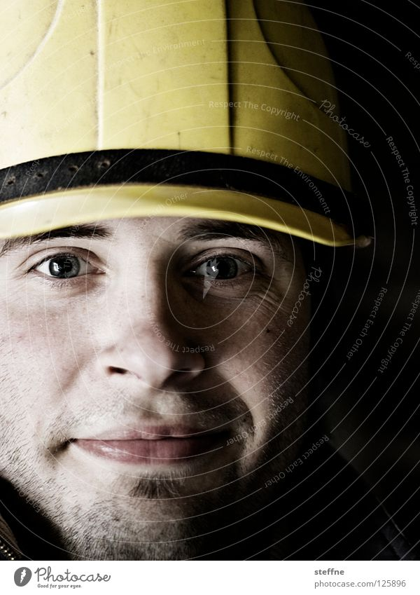 Safety First! Mann Gesicht Arbeiter gelb Arbeit & Erwerbstätigkeit Kopf maskulin Sicherheit Baustelle Schutz stark Handwerk Porträt Kran Unfall Bauarbeiter