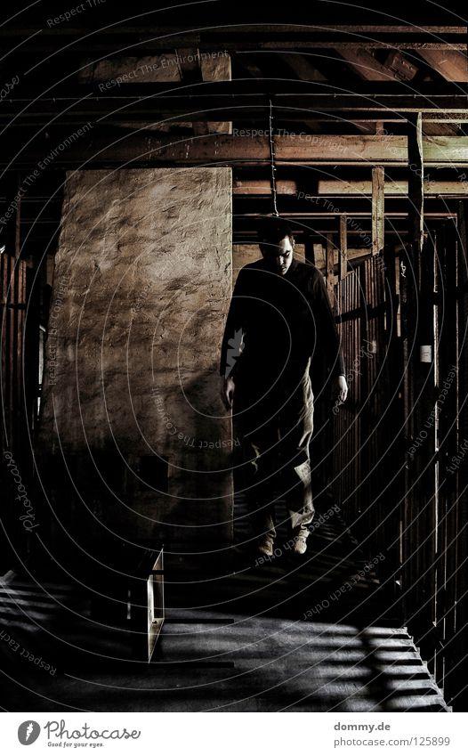 abhängen | depend Mann Kerl erhängen Seil Selbstmord Leiche Dachboden Holz Dachschräge Verzweiflung Zugabteil Hose Weste Schuhe Licht Angst Panik Trauer Schnur