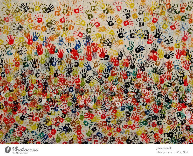 handgemacht von vielen bunten Händen Handarbeit Straßenkunst berühren Fröhlichkeit Stimmung Tatkraft Zusammensein Menschlichkeit Leben chaotisch Freundschaft