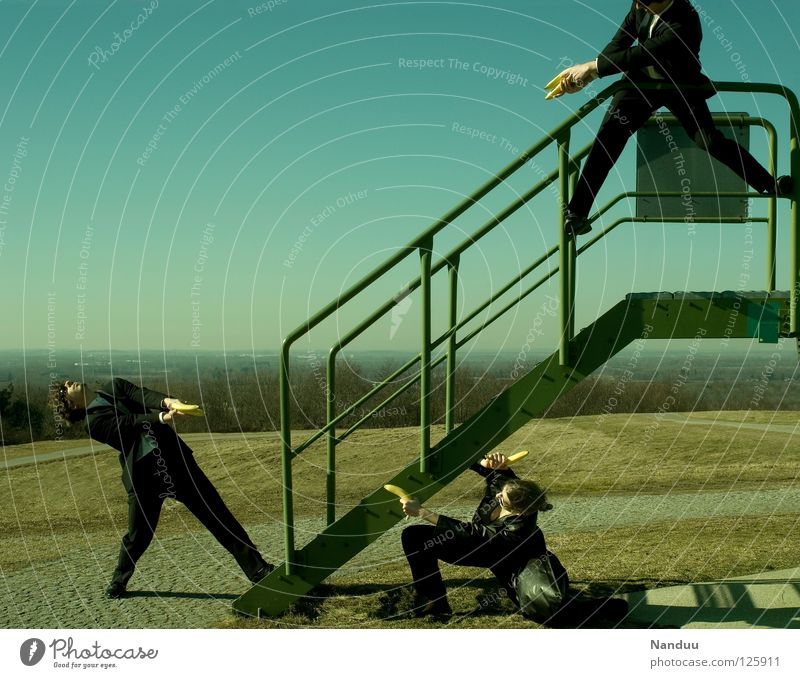 : R E L O A D E D : 1, 2, 3 Mensch Frau Mann grün Wand lustig Treppe maskulin verrückt Turm Körperhaltung Filmindustrie Geländer Medien Theaterschauspiel Gewalt