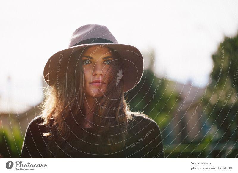 Mädchen und ihr Hut Lifestyle Reichtum elegant Stil Design exotisch schön Mensch Junge Frau Jugendliche 1 18-30 Jahre Erwachsene Mode ästhetisch einfach blau