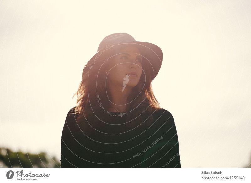 Sommer Stimmung Mensch Jugendliche schön Junge Frau Freude 18-30 Jahre Erwachsene Gefühle feminin Lifestyle Freiheit Kopf Mode gehen elegant authentisch