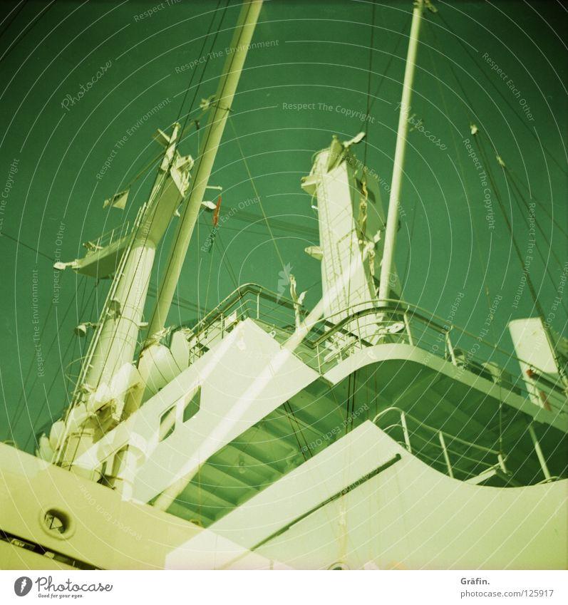 Geisterschiff grün weiß Metall Wasserfahrzeug Treppe Brücke fahren Güterverkehr & Logistik Hafen Sehnsucht Geländer Segeln Schifffahrt Strommast Motor