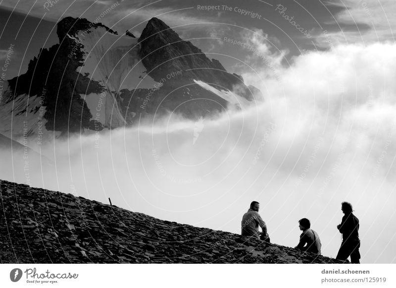 Gegenlicht in knapp 3000 Meter Höhe Gipfel aufsteigen dramatisch Wolken schwarz weiß Schweiz Berner Oberland wandern Licht Bergsteigen gefährlich