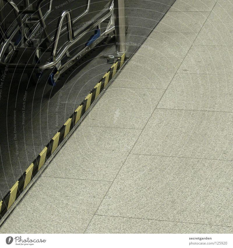 rechts unten Streifen Wagen Gepäck Güterverkehr & Logistik schieben gelb schwarz grau Froschperspektive Innenarchitektur Stahl gekrümmt Abflughalle Verspätung