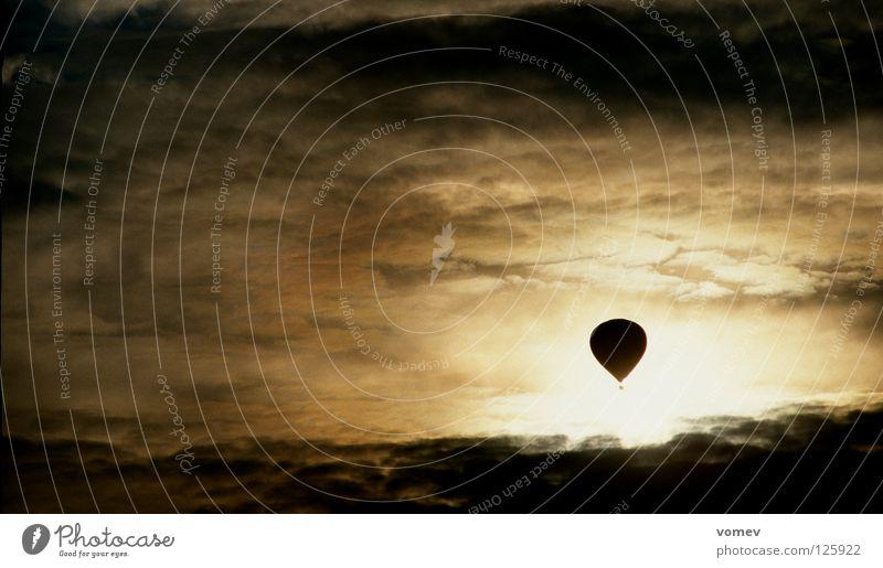 Grenzgänger Himmel Wolken dunkel Angst Ballone Gewitter Monochrom Extremsport