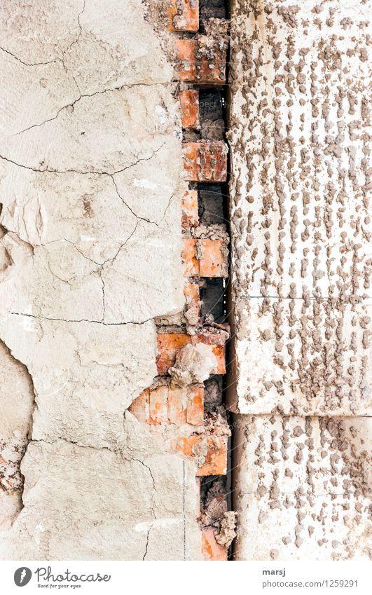 Eigenartige (nicht)Verbindung Mauer Wand Backsteinwand Putz Beton alt eckig Zusammensein abbröckeln Alterserscheinung verbinden Farbfoto Gedeckte Farben