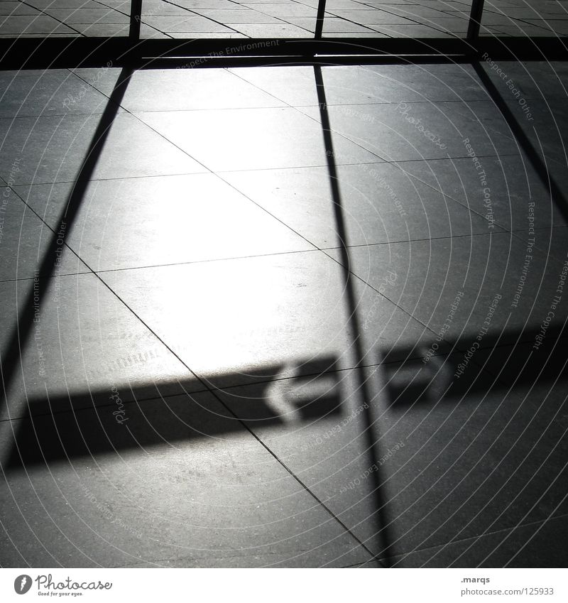 Aufschub Licht Schatten Richtung links rechts Schiebetür Fluchtpunkt Fluchtlinie aufsteigen Karriere Symbole & Metaphern grau Sauberkeit steril Schwarzweißfoto