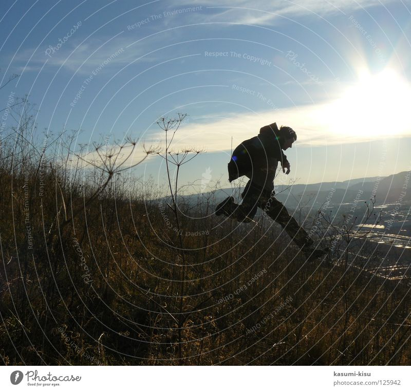 fang mich doch! Himmel Mann Sonne Freude Wolken springen fliegen laufen Geschwindigkeit gefährlich Stroh