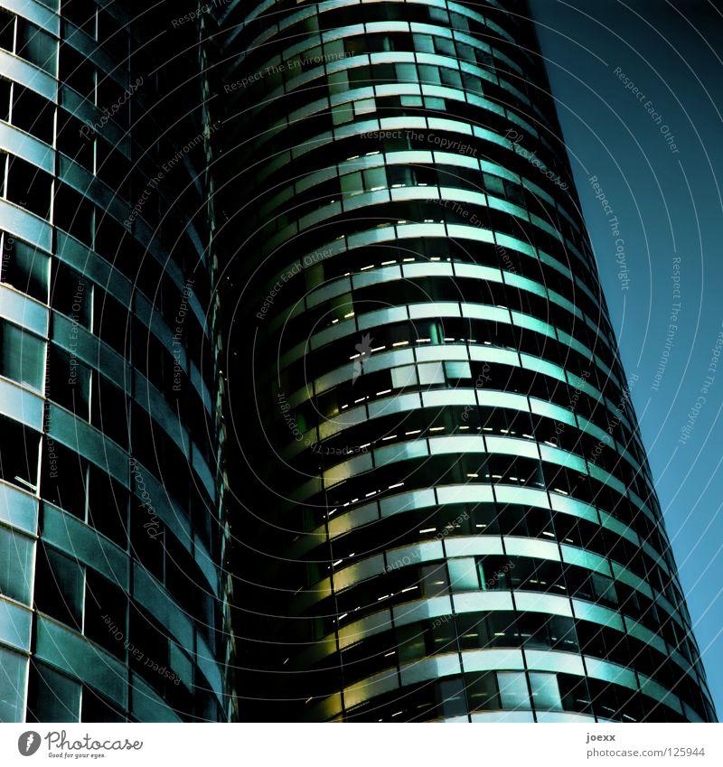 Tempel Himmel blau weiß Stadt Einsamkeit dunkel Fenster Wand Gebäude Business Linie Arbeit & Erwerbstätigkeit Glas Fassade hoch