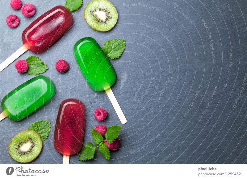 Wasser Eis mit Obst grün Sommer Gesunde Ernährung rot Freude kalt Essen Gesundheit Lifestyle Lebensmittel Frucht Tisch Speiseeis süß Küche
