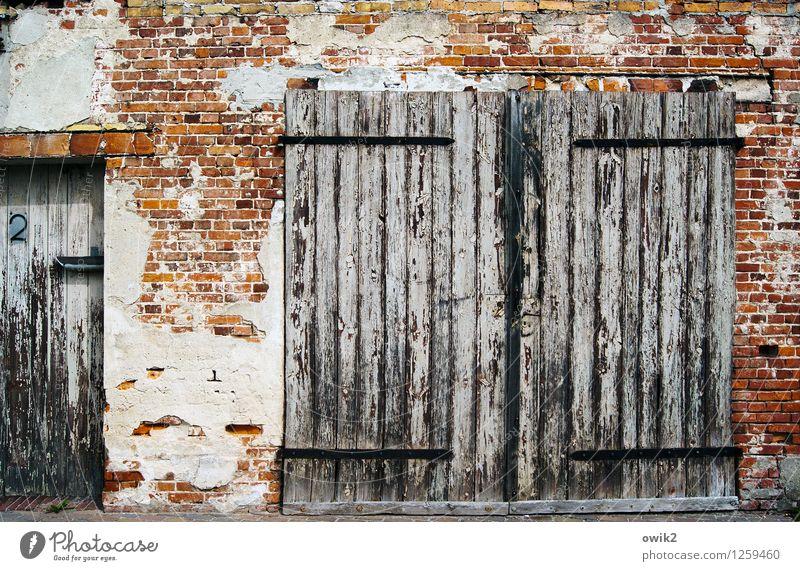 Portal Mauer Wand Fassade Backsteinwand Backsteinfassade Garagentor Holztor Ziffern & Zahlen 2 Hausnummer alt Verfall Vergänglichkeit Zerstörung verfallen