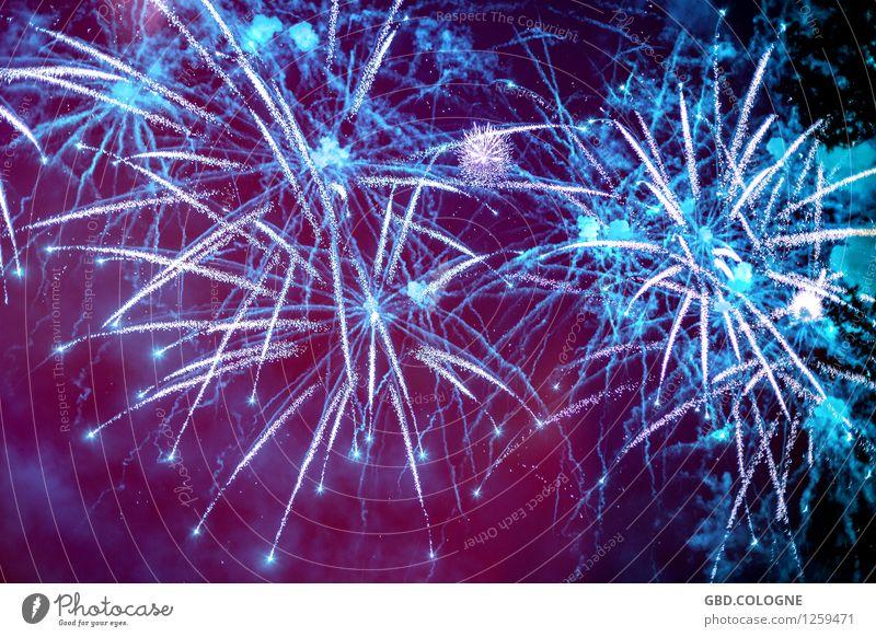 Feuerwerk #11072015_0034 Nachtleben Entertainment Party Veranstaltung Silvester u. Neujahr leuchten hell blau violett Knall laut explodieren glühen Köln