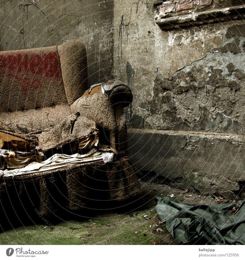 couch potato alt Feder Ecke Idee weich Stoff verfallen Verfall Müll Sofa Sitzgelegenheit schäbig Putz Hinterhof Rest Sessel