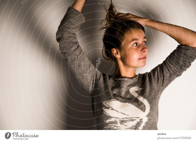 . Mensch feminin Junge Frau Jugendliche Erwachsene 1 18-30 Jahre Pullover Wolle Wollpullover Haare & Frisuren brünett langhaarig Zopf beobachten Bewegung