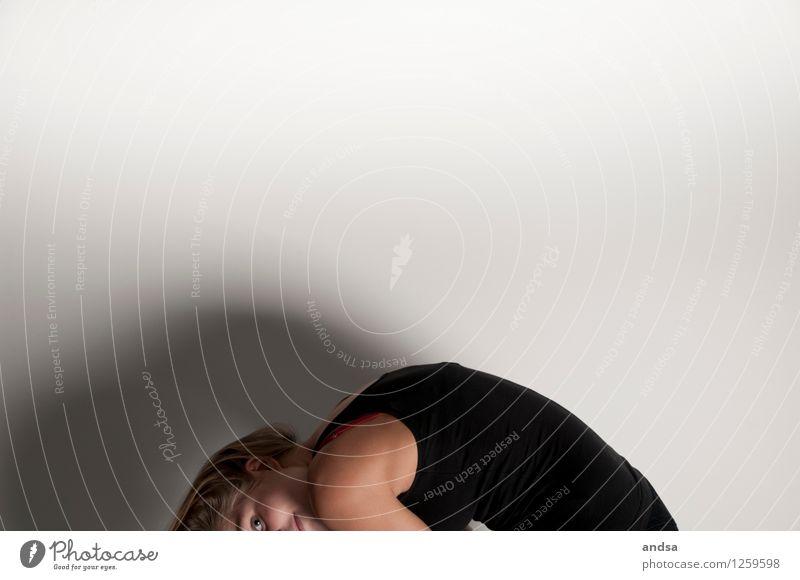 . Mensch feminin Junge Frau Jugendliche 1 18-30 Jahre Erwachsene Bekleidung Top Haare & Frisuren brünett langhaarig beobachten Bewegung hängen Blick Spielen