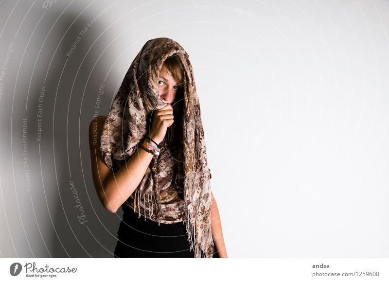 . Mensch feminin Junge Frau Jugendliche 1 18-30 Jahre Erwachsene Bekleidung T-Shirt Top Schal Armband Kopftuch Haare & Frisuren brünett langhaarig Pony