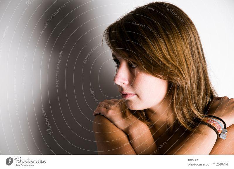 . Mensch feminin Junge Frau Jugendliche 1 18-30 Jahre Erwachsene Accessoire Armband Haare & Frisuren brünett langhaarig beobachten frieren Blick träumen